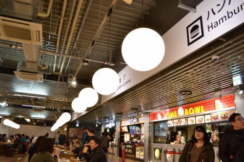 軽食コーナーでコーヒーをすすりながら搭乗時間を待ちます。