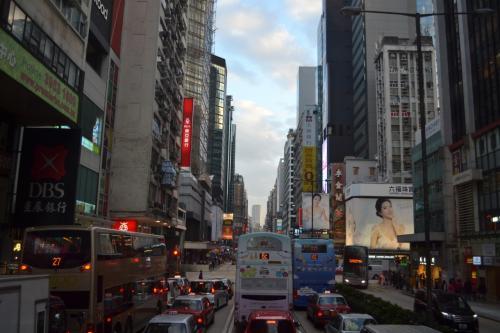 バスに乗って市内に向かいます。