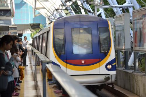 2日目は電車に乗って香港ディズニーランドへ。<br /><br />メトロキャメル電車を改造したディズニーランドリゾートライン。