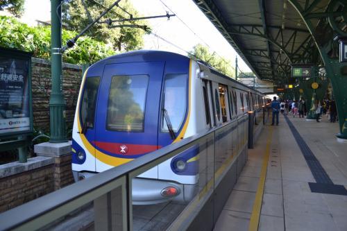 香港のディズニーランドリゾートラインは欣澳(Sunny Bay)駅と迪士尼(Disneyland Resort)駅の間、1駅間の折り返し運転です。運営は香港MTR。
