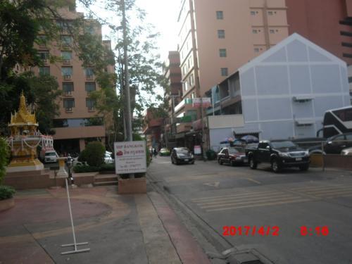 左にパラッゾホテルを横目で見て直進。