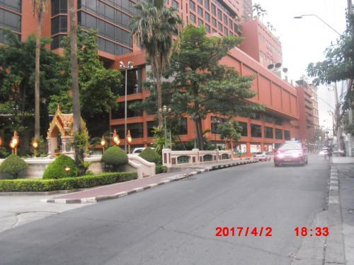 パクソイ(ソイの入り口)から今来た方向を振り返ります。左ははエメラルドホテルです。