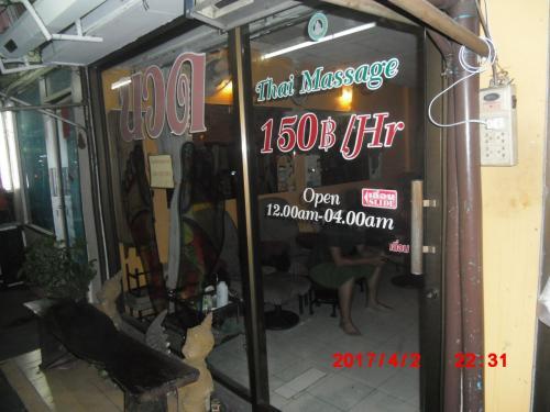 あれっ、激安古式按摩店が。<br /><br />タイに来る度にマッサージの価格が値上げされ、MYホテルCMYK近くの行き付け店も、昨年2時間280バーツだったのが、350バーツに値上げ。<br /><br />ちなみに、今回の初日、ロスバゲで衣服が無いので、そのマッサージ店で朝から6時間連続でマッサージ。更に夜にも訪れ2時間、計8時間のマッサージを受けました。同じ中年女性マッサージ師でした・