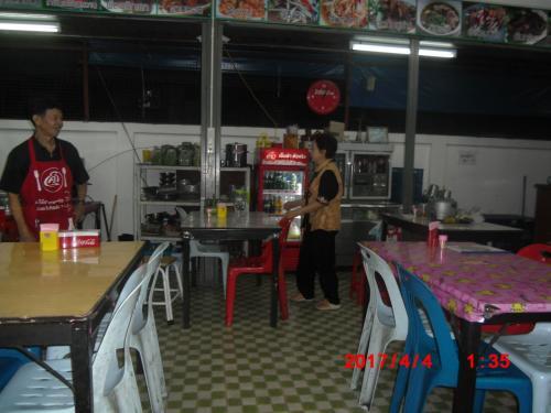 タイではどこにでもある食堂です。写真のおばさんが、まことにフレンドリーでよく喋る。「うちの料理は美味しいよ」、「うちは良心的な料金だよ」、と。ちなみにおん年は69歳(日本風では68歳)だとな。勧められるられるままに注文してまました。