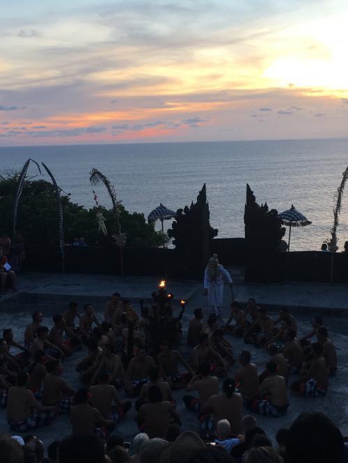夜はウルワツ寺院へ。<br />名物のケチャダンスを鑑賞♪<br />異国感満載で気分高まりました。