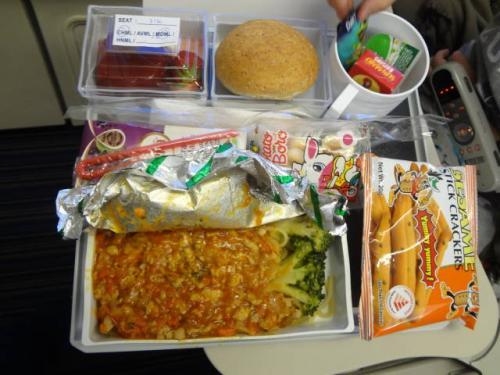 シンガポール→デンパサール(SQ948)までの2時間半もきっちり機内食が出て来ます。<br />卯太朗のキッズミール。<br /><br />ケチャップ(トマト)嫌いの卯太朗…開けた瞬間に悶絶です。<br />「うげっ!」と暴言を吐き、パンとおやつで食事終了でした。
