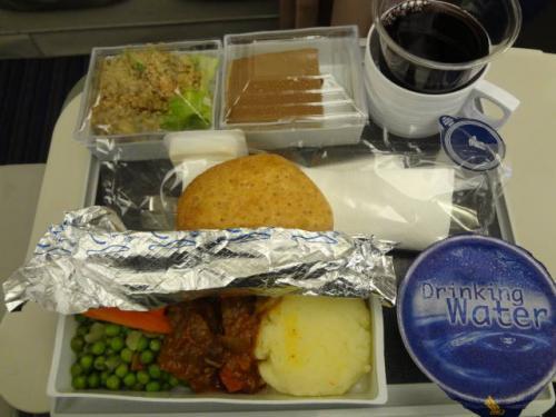 旦那の機内食。まぁ見た目は普通です。<br />関空→シンガポールまでの機内食でおなかの調子がイマイチだったらしく、少しだけ口をつけた程度だったそうです。<br /><br />私はムスリムミールを頼んでいたのですが、2時間半という短時間のフライトで、途中羊之輔をあやしたりしていたら食べ損ねてしまいました。残念。<br /><br />今回、旅行前に「シンガポール航空」について他の4トラベラーさんの旅行記を色々拝見させていただいていて、大陸圏の方々のびっくりな(非常識な?)行動について書かれていていたものが多数あったのですが。<br /><br />実際乗ってみての感想。<br />「伝説はホントでした…」<br /><br />着陸15分前、シートベルトサインが点灯し、CAが着席後にトイレに向かって突進はまだ序の口(当然止められていましたが)。<br />シンガポール→デンパサールでは、着陸15分前にどこに隠し持っていたのか、機内食のトレーを出し悠然と食事をし始める男性が…。<br />女性CAが止めるも応じず、最終的に男性CA二人がかりで阻止、トレーを撤収していました。<br />家族連れでしたが、そんな父ちゃんどうよ?<br />子供の教育上問題なんじゃ??