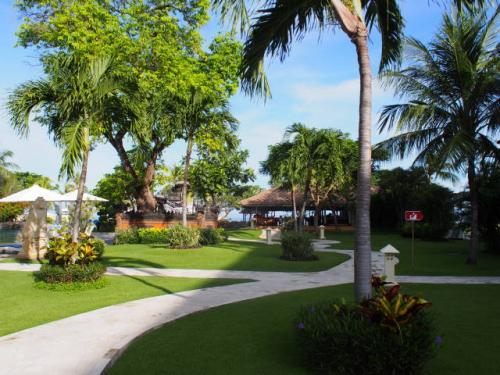 最近では、バリ島内もビルディングタイプでバリっぽくないホテルが増えてきていますが、ここは庭もキレイでノンビリできます。