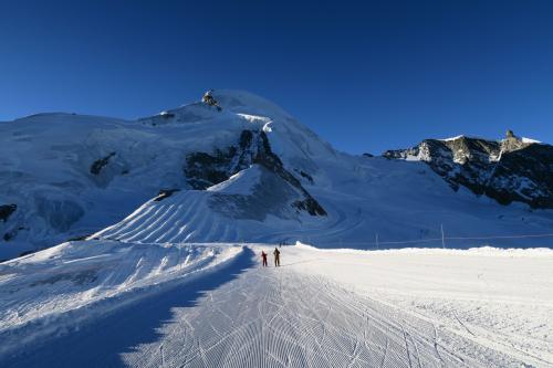 ■ザース・フェー<br />このスキー場のゲレンデトップ Allalin 3,500m 地点です。 この1個下の中間点からフニキュラーという山岳列車でここまでアクセスします。 正面の山はAllalinhorn 4,027mで、その後方には、ずっと行った所になるが、マッターホルンがある。