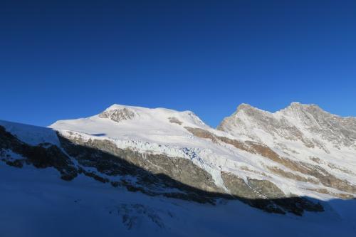 ゲレンデトップからは、Alphubel 4,206m が見えます。(台形の山)