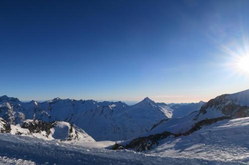 1枚目の写真の左方向の様子。南を向いており、イタリアサイドになります。中央の三角山は Stellihorn 3,436m。 ヴァレ・アンザスカという谷になります。