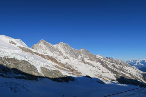 上の写真のチョイ右! 左から Taeschhorn 4,490m 、 Dom 4,545m 、Lenzspitze 4,294m がある。ノコギリ山だ!