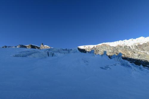 フェーシャズ・ピステコースの山側には押された流れてきている氷河があります。