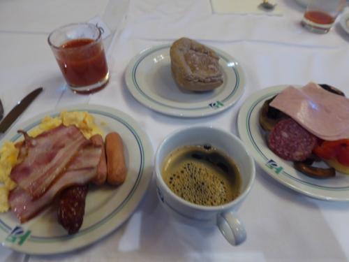 ホテルの朝食。普通のヨーロッパの朝食ですかね。ソーセージやハムがうまし。野菜が見えないのは、多分まずそうだったのでビュッフェで取らなかったからだと思います。コーヒーとトマトジュースはまあまあ。
