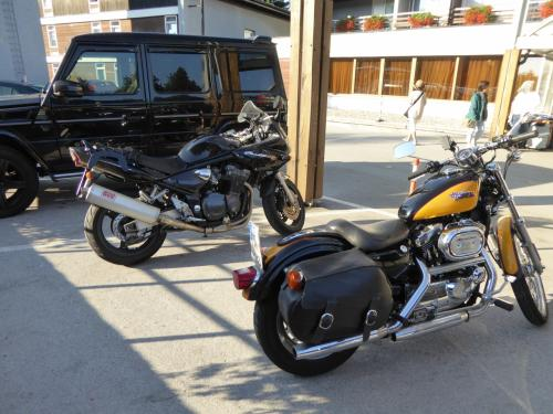 恒例のバイクチェック。ハーレーとスズキ・バンディット。スロベニアだけでなく、クロアチアでもスズキが頑張って?います。