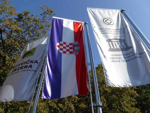 左からプリトビッツェ公園の旗。熊さんのマークです。中央がクロアチアの旗、右がユネスコ自然遺産の旗です。