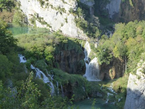 滝の下には遊歩道が見え、人が歩いています。我々もこれから通ります。