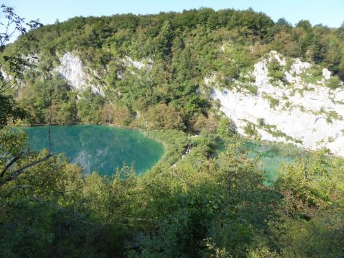 公園内には大きな16の湖があります。<br /><br />左が⑮カルデロバツ湖。右が⑯ノバコビッツア・ブロッド湖。<br /><br />丸数字は湖の順番です。最後は①になります。