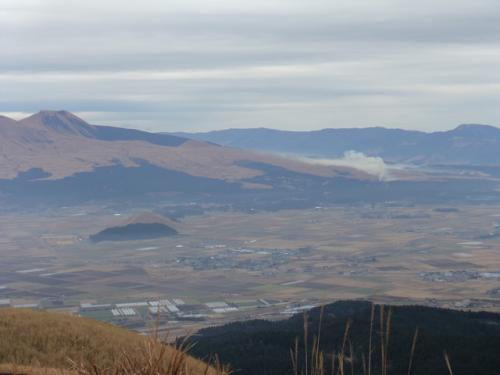 朝の阿蘇岳~外輪山<br />今にも降りそうな霞の中でしたが散策は気持ちよかった。<br />思わず飛びたくなる眺めです。<br />