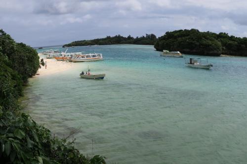 次いで川平(かびら)湾<br /><br /> 天気が良ければエメラルドグリーンの海がとてもきれいなんだと。この内湾で黒真珠の養殖がおこなわれている。昨日も数百万もする真珠を中国人が買っちまったとさあ。爆貝でないの。