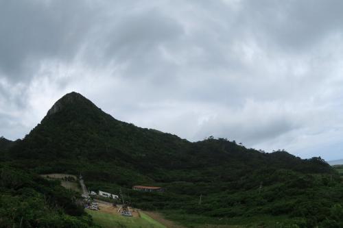 そして普段は海が一番きれいな玉取崎展望台<br /><br /> ここは山を見てしまった。なんと左の山は輝石安山岩でできている、とバス会社で一人しかいない男のガイドは言ったけど、石垣島に火山岩はあったっけ?<br />調べてみるとこれがあるある、ということで久米島から続く火山岩が確認できたことになる。九州阿蘇から続く火山帯だ。沖縄のサンゴ層の基盤は火山なのです。