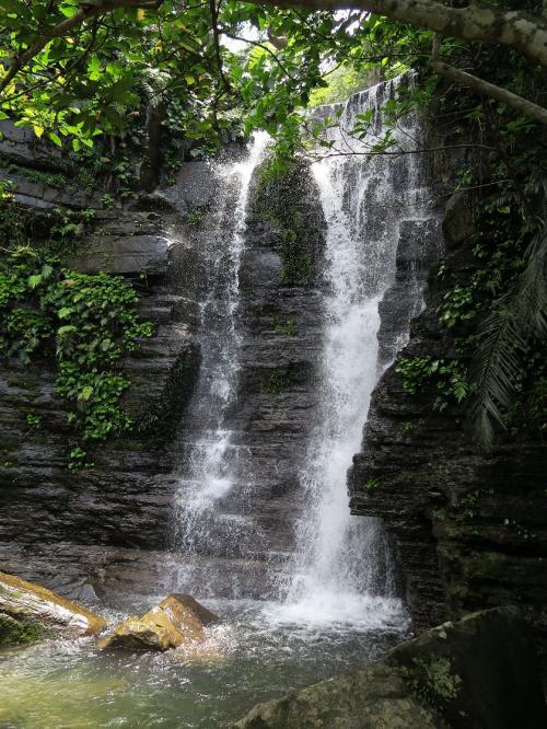 ゲータの滝<br /><br />ソーキそばの昼食後、午後からはゲータの滝に向かう。西表にはこういった滝が無数にある。ゴロゴロした大石の間を沢登り。カンピレイ、マリュウドなどはよく知られている初心者向け。人気一番ピナイサーラ 第三紀と思われる頁岩層がきれい