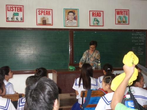校長先生の授業<br />教室にはドゥテルテ大統領の写真も<br />制服あり