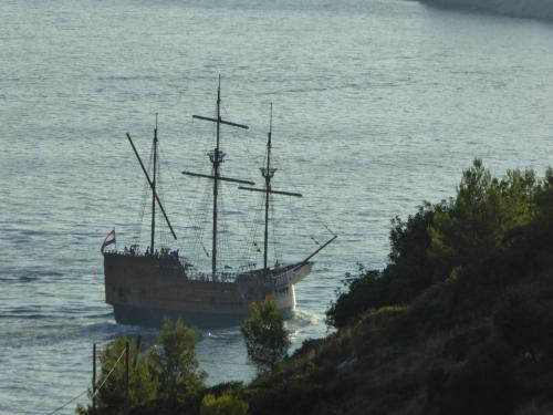 カラカ船が見えます。実は明日乗ります。サンセットクルーズに行くんですね。<br /><br />帆は張れますけど、モーターで進んでますね(^_^;)