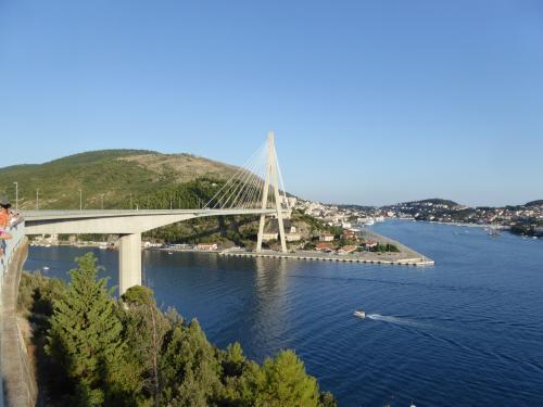 フラニョ・ツジマン橋です。この吊り橋を渡るとドブロブニクです。<br /><br />ここは橋のたもとの撮影&休憩の駐車場です。