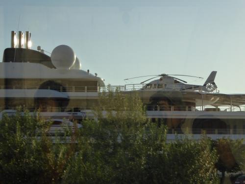 大型のクルーズ船が泊まってました。何とヘリコプターも搭載してます。