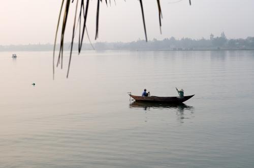 トゥボン川には、網をかける人の姿。