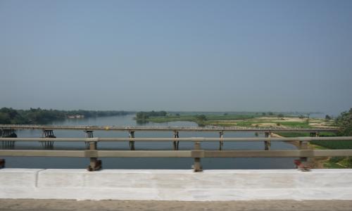 ホイアンから20分ほど東へ走り、トゥボン川に架かる長い橋を渡ります。<br /><br />そこから、少し南下して、また東へ。<br />途中、かつてのチャンパ王国の首都だったという街を通りました。