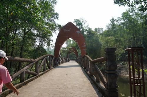 ゲートから少し歩き、橋を渡った先に、