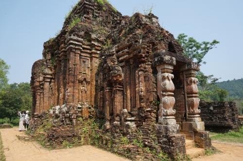 """この祠堂の中には、ヒンドゥー遺跡にみられる""""ヨニ""""がありました。"""