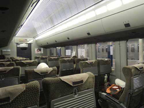 つかの間の佐賀観光を堪能し、<br />http://4travel.jp/travelogue/11236954<br /><br />特急かもめで長崎を目指します。<br /><br />ゴールデンウィーク前夜なのにガラガラ。<br /><br />ただでさえ快適な車内なのに、隣も空席で悠々とした列車旅となりました。