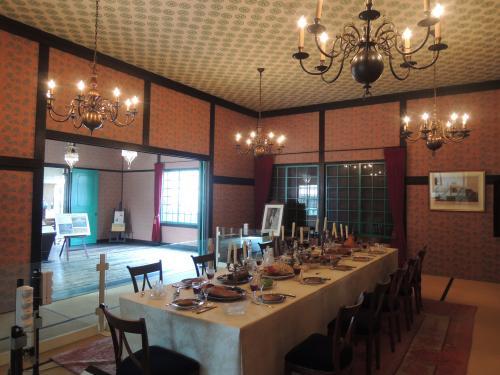 オランダ商館長(カピタン)部屋の一部屋。<br /><br />カピタンとはキャプテンのことらしいです。<br /><br />畳の上に西洋家具が置かれてるのが出島らしいですね。