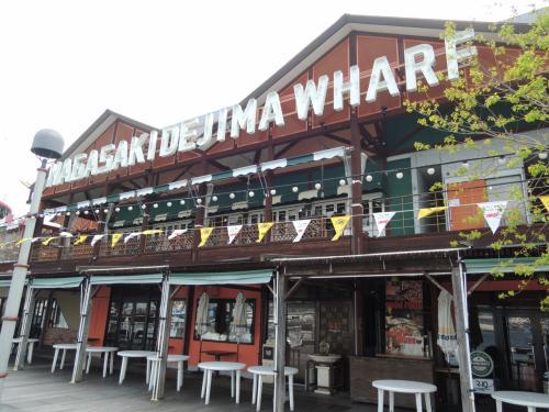 続いてやって来たのは、出島ワーフ。<br /><br />海沿いに作られたおしゃれなレストランやカフェが並ぶスポット。<br /><br />ですが、まだ午前10時過ぎで、お店が全然開いてませんでした。