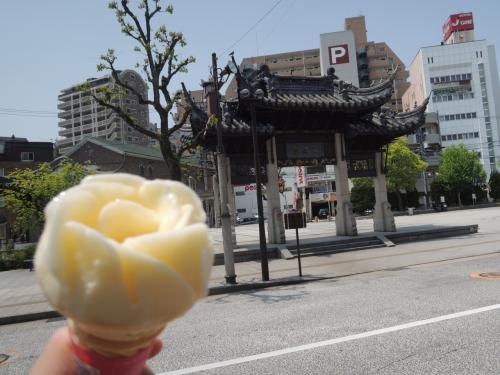食後に見つけた「ちりんちりんあいす」。<br /><br />バラの形にしてくれました。<br />こうやって型どるのってブダペストのジェラートローズ発祥なんですかねぇ、まさか長崎にまで伝播してるとは。<br /><br />こんなものまで異国文化を取り入れるとは、恐るべしナガサキ。<br /><br />そしてこのアイス、場所によって150円だったり100円だったりします。<br />中華街だと150円でしたが、原爆資料館だと100円だった。