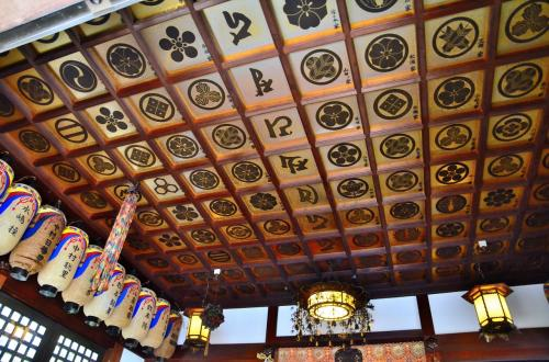 地蔵堂<br />天井には、中央の梵字を挟むように檀家と思しき方々の家紋と苗字が記されています。