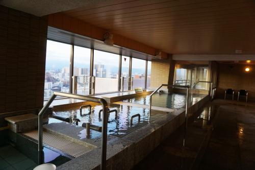 このホテルの最上階(11階)には大浴場があり、雄大な立山連峰を見ながら湯船に浸かることが出来、大いにリラックスし、疲れをとることが出来た。