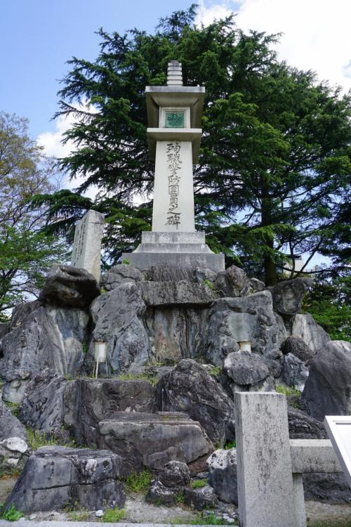 珍しい記念碑を見つけた。1940年(昭和15)の空襲でも生き残った「殉職警坊団員之碑」が建っている。
