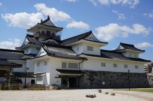 富山城は1945年(昭和20)の8月の大空襲で焼け落ち、崩壊したが、その後再建された。本丸跡には今は郷土博物館があり、富山城の歴史を紹介している。