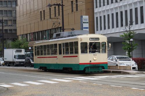 富山の特徴は市内電車(路面電車)が走っていることで、けっこうあちこちに出かけるのに便利で、しかも効率的で、何度か利用した。日本では路面電車が走る都市は多くないが、次々と廃止されてきた中で富山市は路面電車が成功している例だと言える。<br /><br />1回の乗車券は200円であるが、滞在していたホテルで割引券をいただいて、何度も100円で乗車することが出来た。<br /><br />富山市には3種類の路面電車が走っている。この画像の電車は富山地方鉄道の7000形電車である。