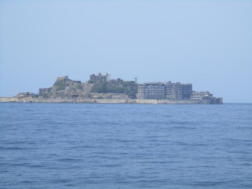軍艦島 が見えてきました。<br />波が静かですが、島の近くに行かないと上陸できるかわからないと説明がありました。