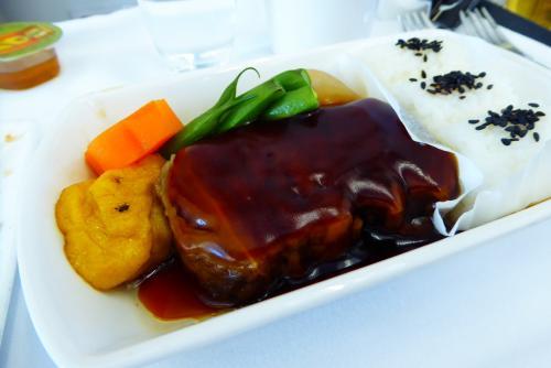 機内食も、それなりに・・<br />豚の角煮的なものをチョイス。<br />思った以上に脂身多めだったので、ちょっと控えめに食し、即行寝る。