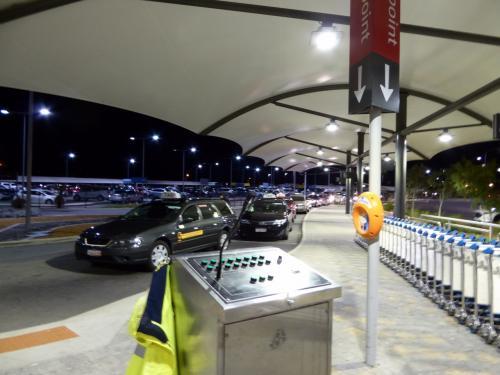 恒例の空港タクシーチェック。<br />なかなか渋いカラーリング。