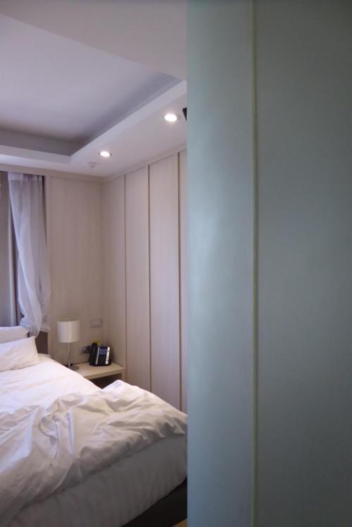 疲れた・・・<br /><br />そんなこんなで、30分以上かけて、ようやくホテルイン。<br /><br />深夜なので、チェックイン手続きもいらないと言われ、直接部屋に通される。<br /><br />思ったより狭い・・ベッドでいっぱいいっぱいの部屋。<br /><br />でも、そこはどうでもよい。<br />泊まれて本当に良かった(泣)<br />危うく初日から、人気のない街で野宿する所だった・・今思い出してもヒヤヒヤ。