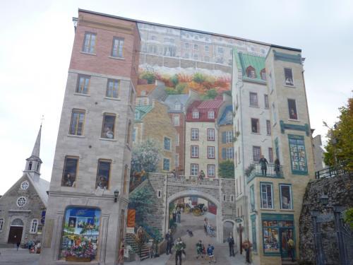 ケベックの四季、代表的な人物等を歴史や生活などを<br />表現しているという巨大な壁画。