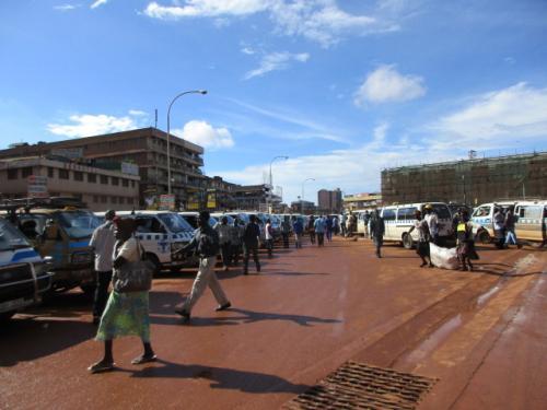 目論見どおり明日の夜行バスの切符を手に入れたことで時間の余裕が生じ、カンパラでもう1泊することができ、本日はカンパラ東方にあるジンジャという町を訪れることにする。<br />ウガンダでの主要交通手段は、いわゆる乗り合いのミニバンで、国によって呼び名が様々だが、ここウガンダでは「タクシー」というらしい。一般的な意味での「タクシー」も「タクシー」としか言いようがなくなんとも紛らわしいが、とにかくこのタクシーにてジンジャまで。