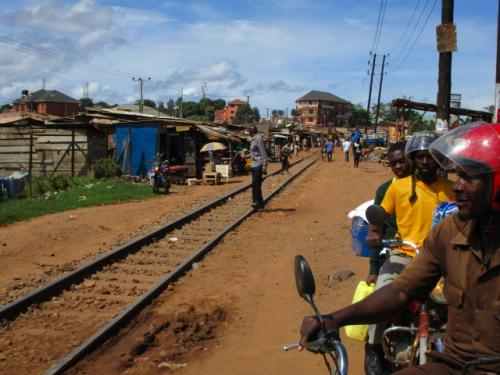 ずいぶん貧弱そうなレールで本当にこの線路の上を列車が走っているんだろうか。ひょっとしたら廃線になっているのかもしれない。